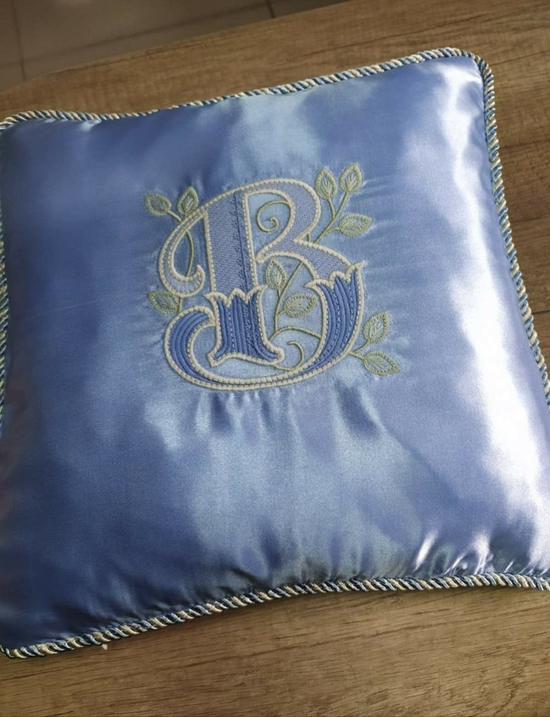 Подушка с машинной вышивкой монограммой