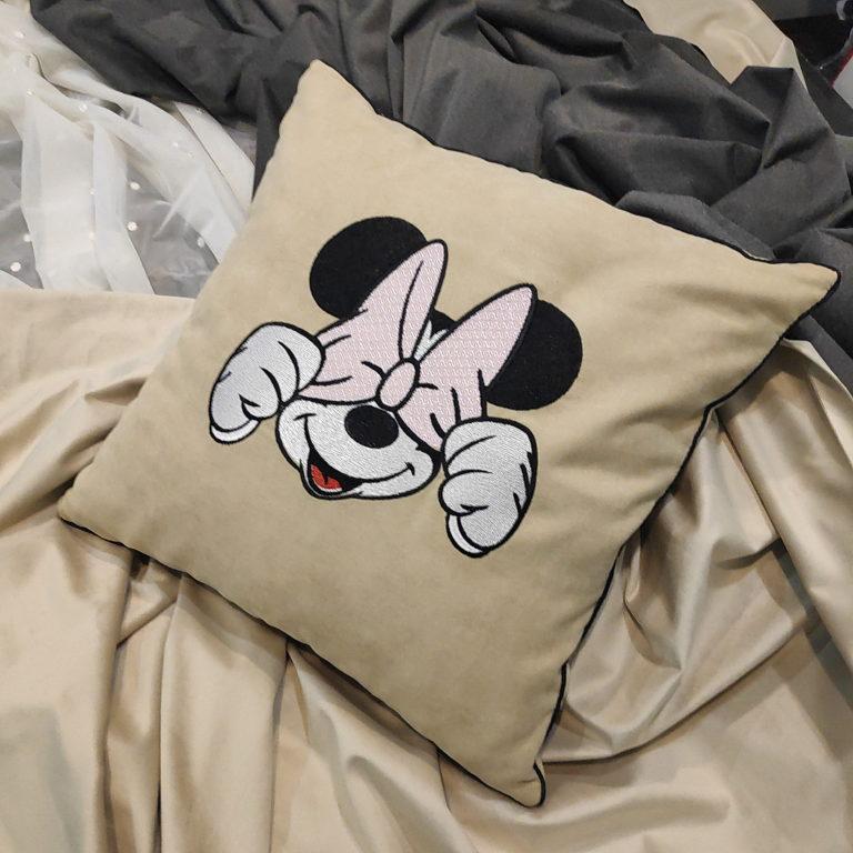 Декоративная подушка с применением машинной вышивки