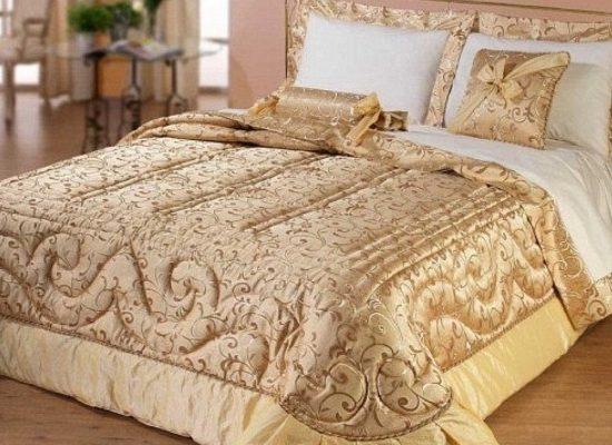 Художественная стежка покрывала и декоративных кроватных подушек